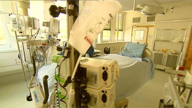 Spitalzimmer, mit Bett und verschiedenen medizinischen Apparaten.