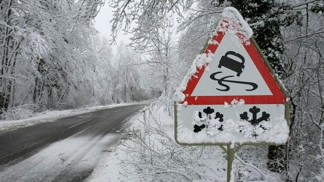 Verkehrsschild vor schneebedeckter Strasse