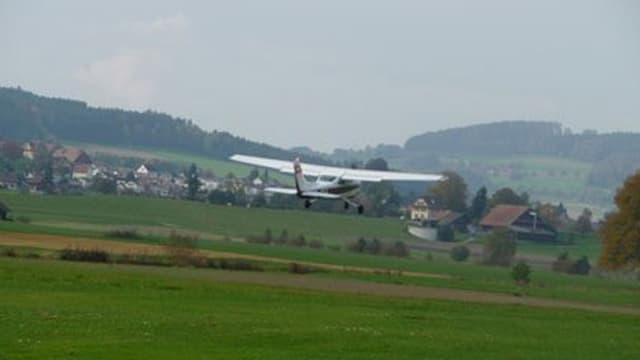 Ein Flugzeug bei der Landung auf dem Flugplatz Beromünster.