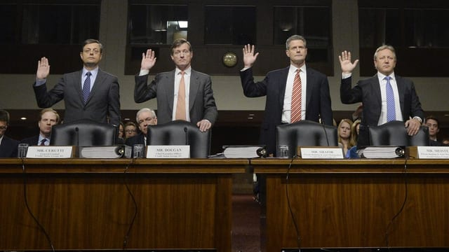Die vier CS-Verantwortlichen stehen mit erhobener Schwurhand vor dem Senatskomitee.