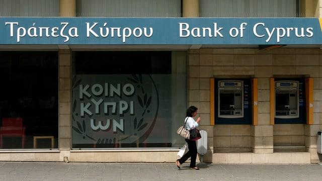 Passantin vor Bank of Cyprus.