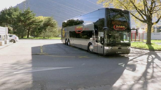 Grosser Reisebus auf Parkplatz
