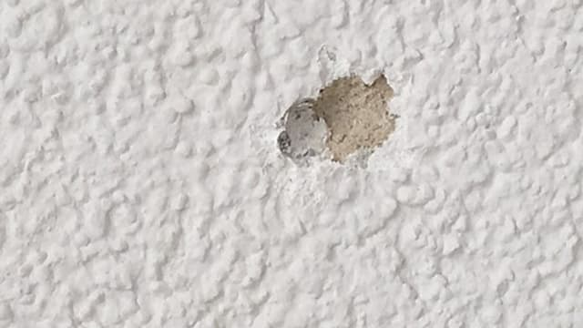 Einschussstelle des Projektils in der Fassade