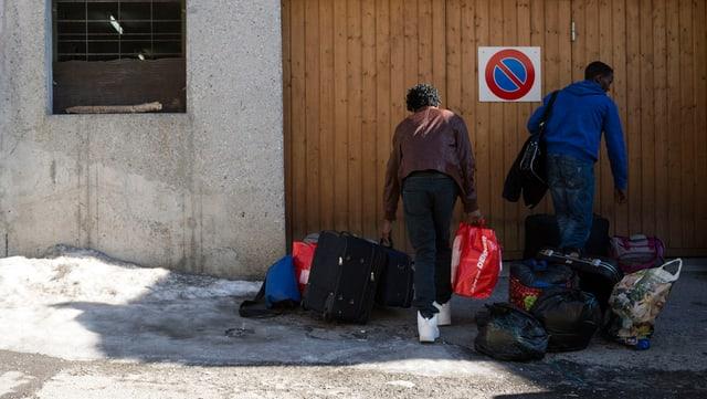 Die Ankunft von Asylbewerbern im ehemaligen Hotel Rustico in Laax. (keystone)