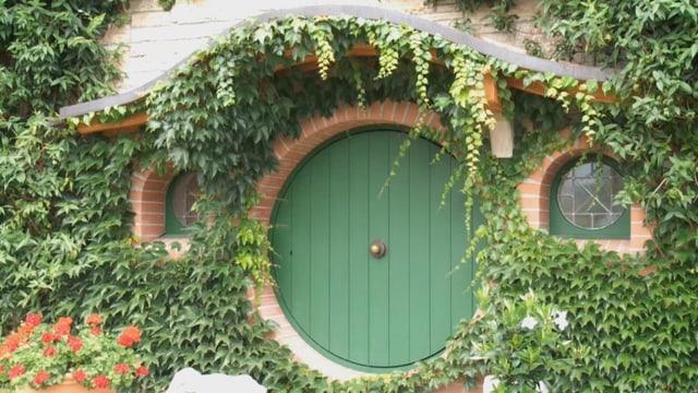 Das Hobbit-Museum mit seiner runden Tür und der efeubewachsenen Fassade