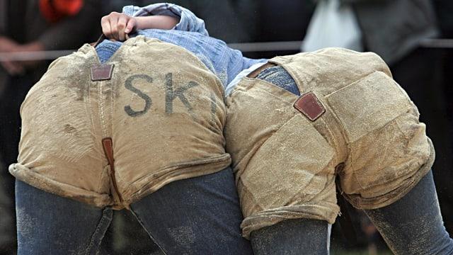 Zwei Schwingerinnen von hinten: Man sieht nur die Hosen.