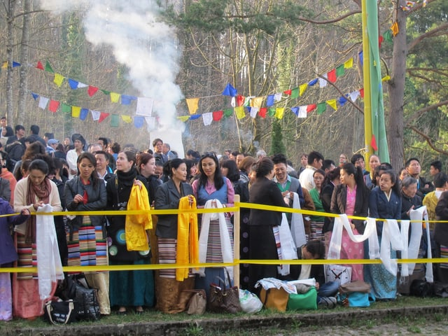 Tibeterinnen und Tibeter warten auf die Ankunft des Dalai Lama in Rikon.