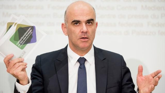 Bundesrat Berset an einer Medienkonferenz.