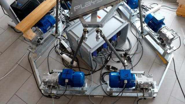 Die sechs blauen Elektromotoren des Simulators.