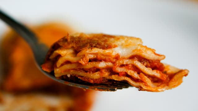 Ein Löffel mit Lasagne