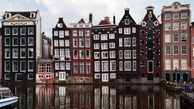 Hoche schmale Häuser in Amsterdam am Wasser