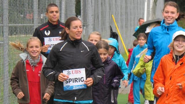 Rennen mit Star: Triathlon-Olympiasiegerin Nicolas Spirig trainiert mit Jugendlichen.