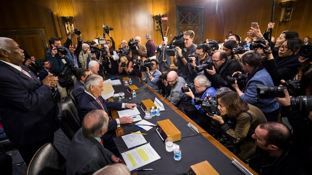 Tillerson umringt von einer Meute Journalisten und Fotografen.