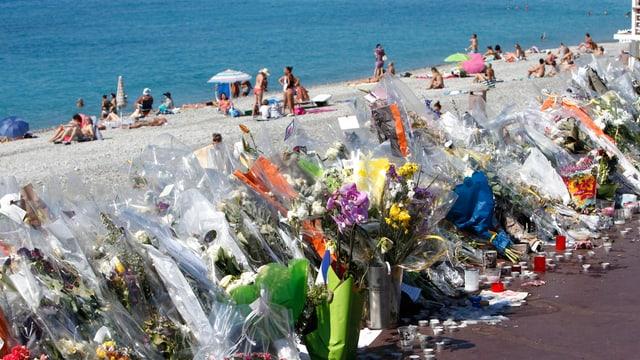 Flurs al lieu d'attentat a Nizza.