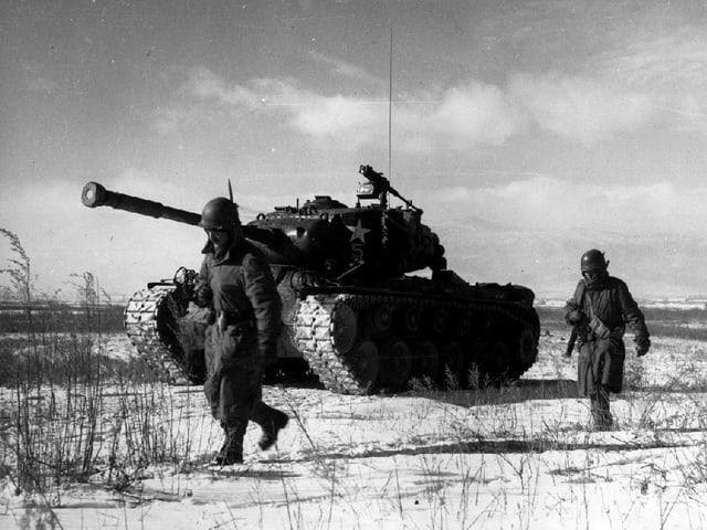 Nordkoreanischer Panzer und Infanteriesoldaten.