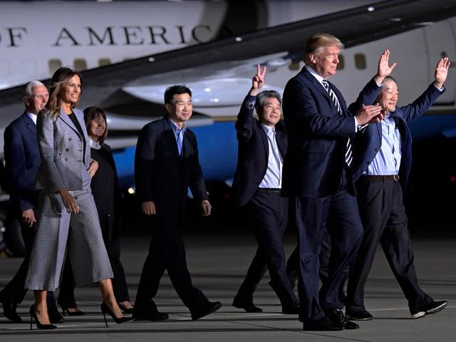 Donald Trump mit den Geiseln.