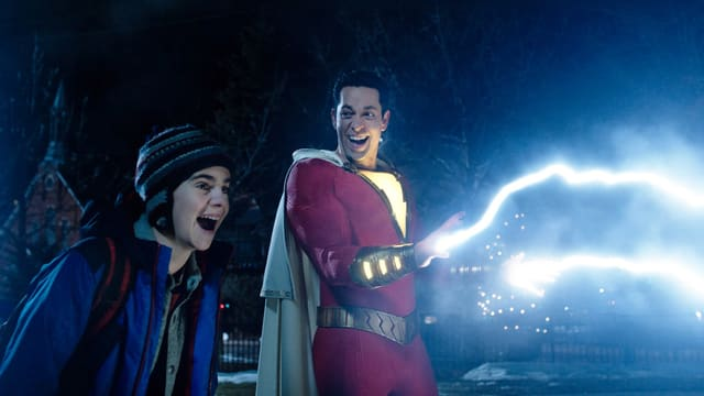 Aus den Fingern von Superheld Shazam schiessen elektrische Blitze.
