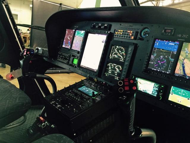 Blick ins Helikopter-Cockpit mit modernsten Anzeigen.