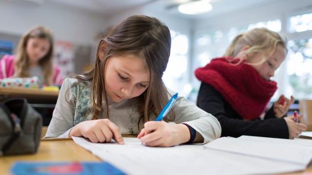 Mädchen am Schreiben