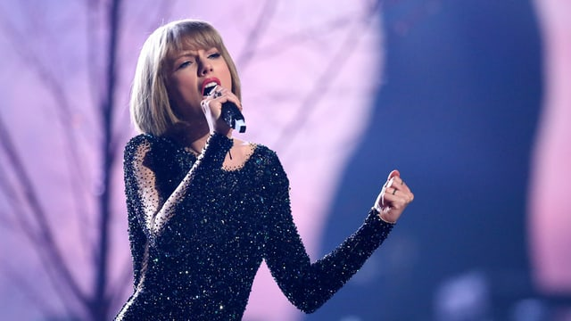 La premiada Taylor Swift chanta «Out of the Woods» als Grammy Awards a Los Angeles.
