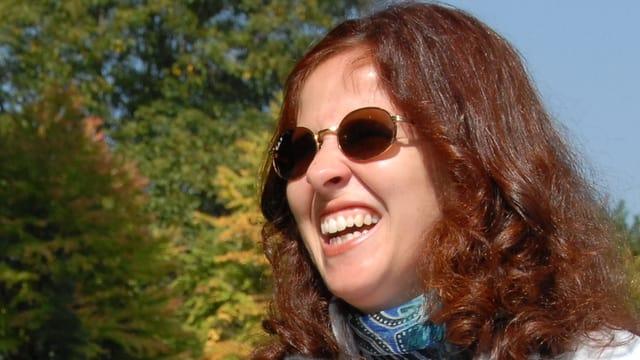 Porträt der blinden Giuseppina Barone mit dunkler Brille.