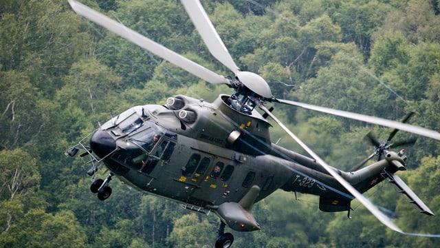 In helicopter da l'armada Svizra dal tip super puma en l'aria.