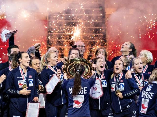 Die norwegische Nationalfrauschaft nach dem Finalsieg über Frankreich.
