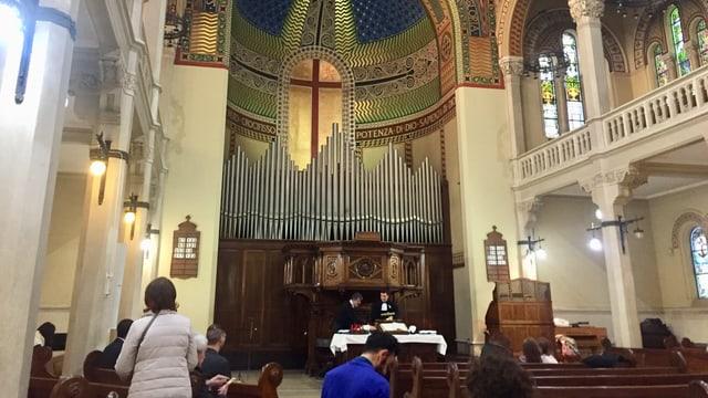 Vorderer Teil des Innenraums mit Orgel und Kanzelaltar.