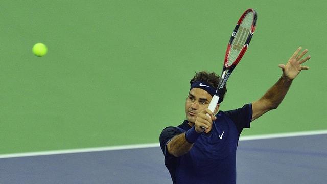 Roger Federer blickt auf den Ball