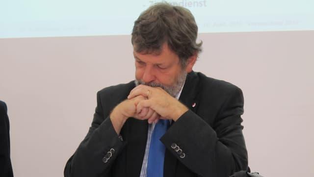 Nachdenklich: Der Solothurner Finanzdirektor Roland Heim blickt besorgt auf das Kantonsbudget 2014.