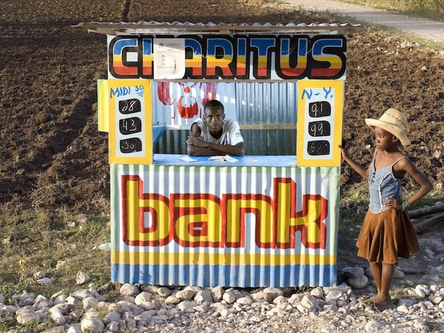 Eine Bank auf haitianisch: Eine Wellblechhütte im Feld.