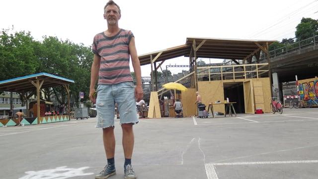 Der Künstler Jürg Lüdi steht auf dem autofreien Parkplatz Schützenmatte.