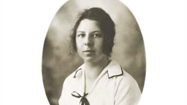 Bild von Rosalia Wenger als junges Mädchen, gekleidet in einer Art weissem Matrosenanzug.