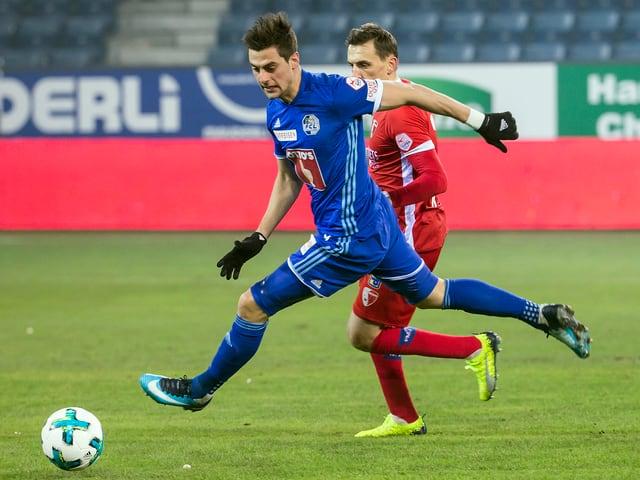 Ein Duell zwischen einem Luzern- und einem Sion-Spieler.