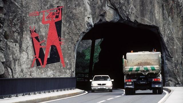 Il diavel cotschen cun in buc-chaura e dasperas autos che van sur la punt dal diavel ed atras in tunnel.
