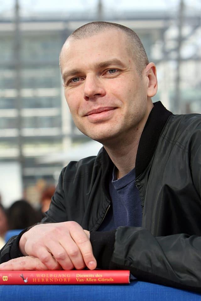 Wolfgang Herrndorf schaut mit einem feinen Lächeln in die Kamera.