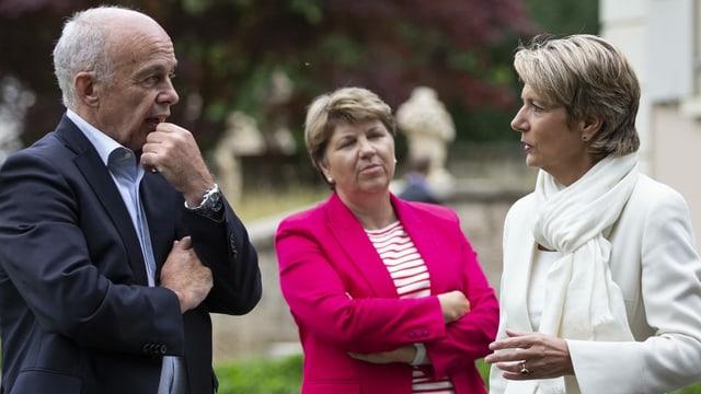 Bundesrat Ueli Maurer unterhält sich auf der diesjährigen Bundesratsreise mit seinen Kolleginnen Karin Keller-Sutter und Viola Amherd.
