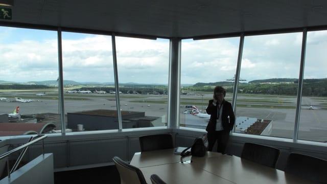 Blick aus grossen Fentern auf Flughafen.