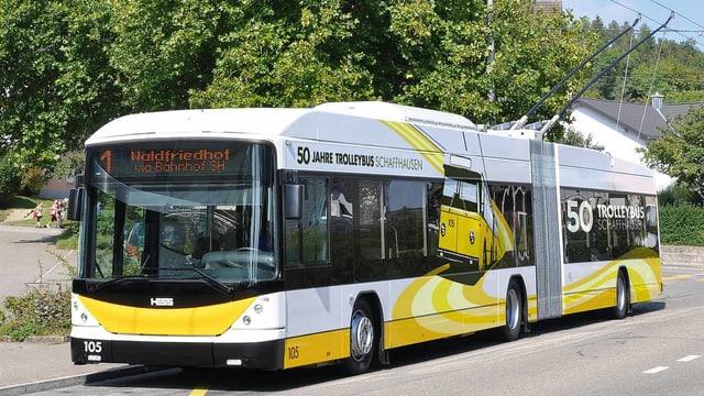 Ein Trolleybus fährt auf der Strasse.