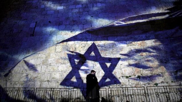 Eine Israel-Flagge wird auf eine Mauer in der Jerusalemer Altstadt projiziert.
