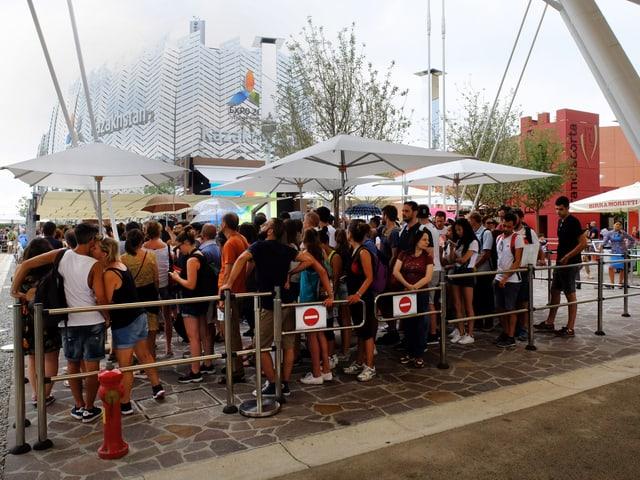 Lange Menschenschlange vor dem Pavillon von Kasachstan.
