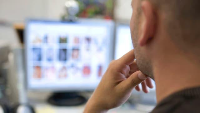 Pornokonsument am Bildschirm.
