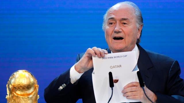 Blatter mit dem Zettel «Qatar» in der Hand.