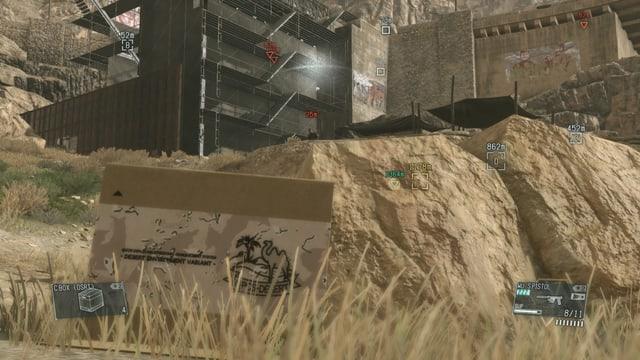 Ein Soldat entdeckt Snake, der in einer Schachtel versteckt ist.
