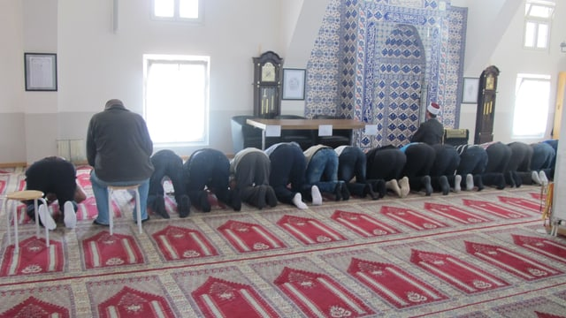 Betende in der El-Hidaje-Moschee