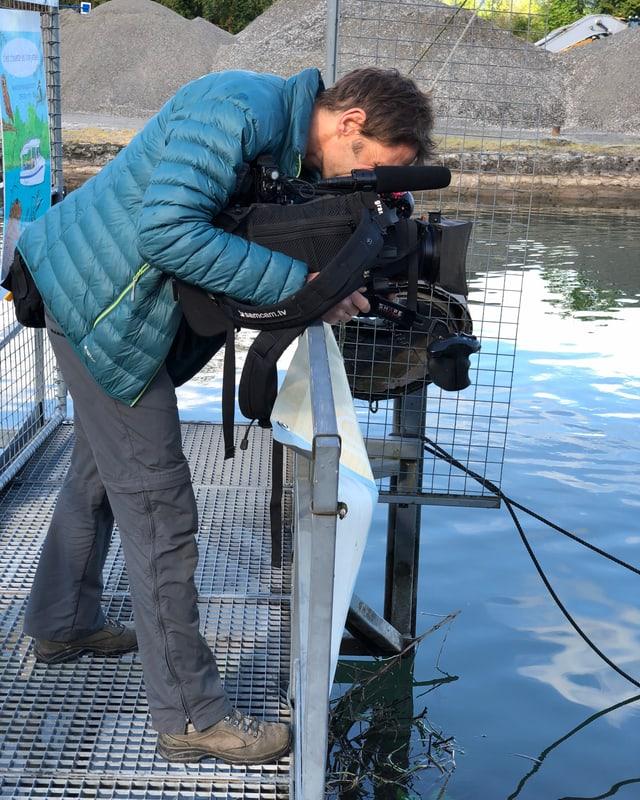 Kameramann Pierre schaut auf die Wasseroberfläche.