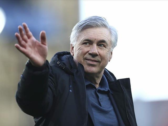 Carlo Ancelotti winkt.