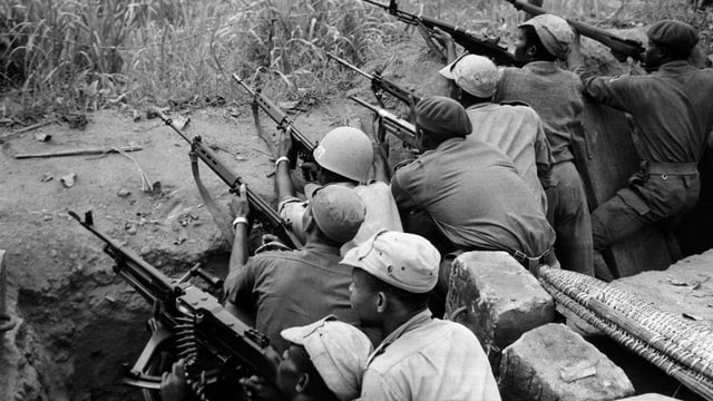 Soldaten in einem Schützengraben.
