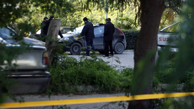Die Kriminalpolizei in Tunis untersucht das Auto des erschossenen Chokri Belaïd. (reuters)