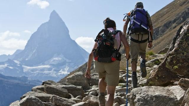 Zwei Alpinisten vor dem Matterhorn